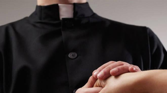 Abusi sessuali su un ragazzino  Un altro parroco sotto processo