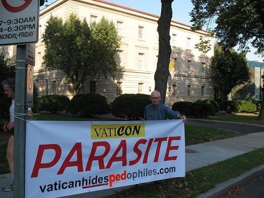 La storia di Jon Wojnowski che da 18 anni protesta davanti all'ambasciata vaticana a Washington.