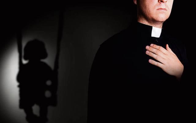 """""""Don M., ricordi quando mi masturbavi tra i cani?"""" ma il prete serve ancora messa a Isernia"""