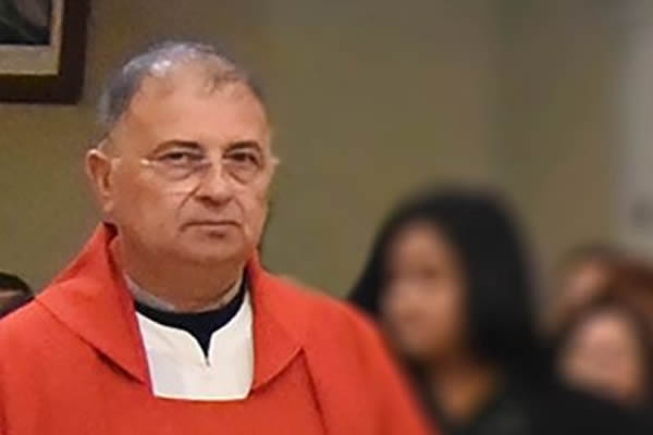 La rabbia delle mamme contro il prete accusato di abusi sessuali