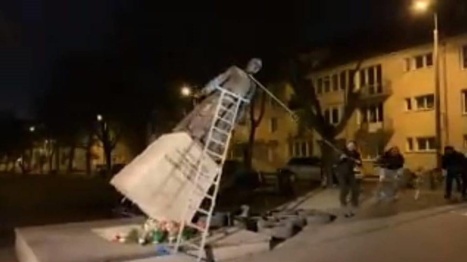 Polonia, clamorosa protesta per abusi su minori: rovesciata statua