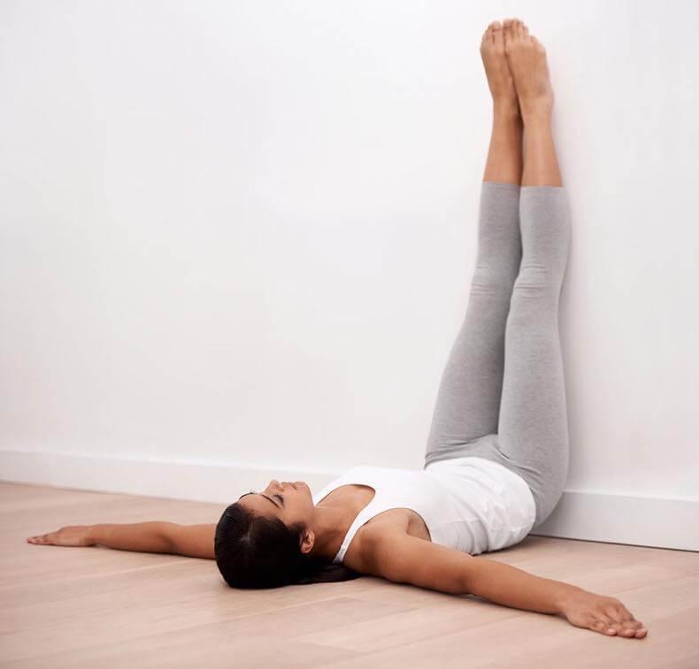 7 Motive pentru a tine Picioarele ridicate în sus la perete ( Beneficii )