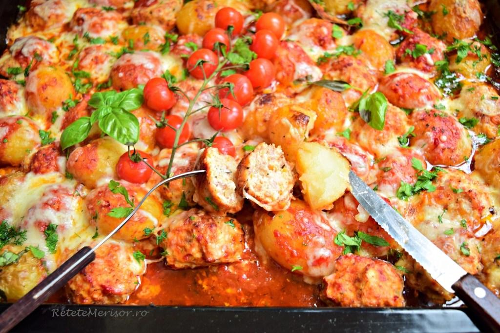 Chiftele de pui și cartofi în sos de roșii