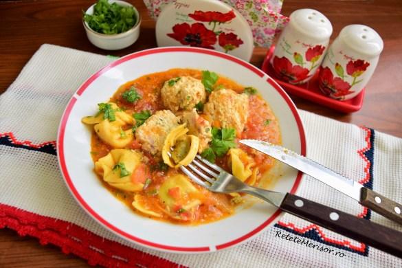 Perișoare de pui și tortelloni în sos de legume