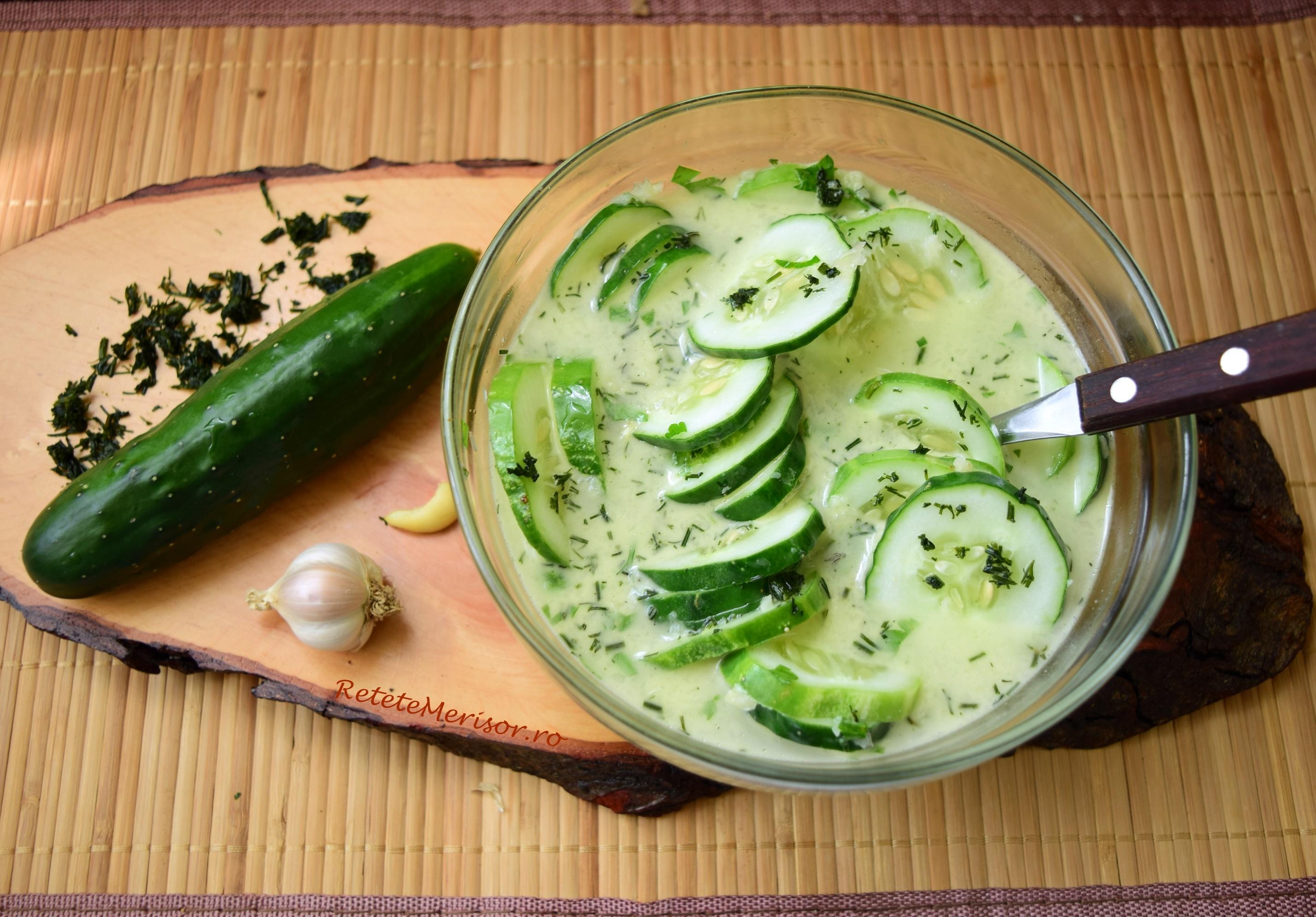 Salată de castraveți cu usturoi și mărar verde