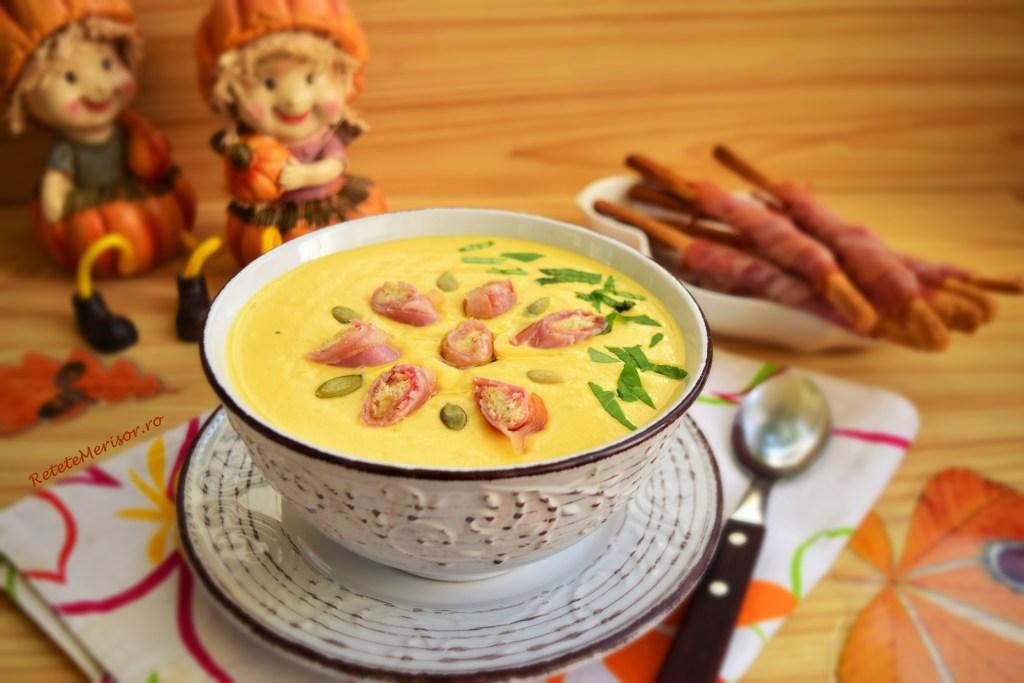Supă cremă de dovleac cu șuncă rumenită pe grisine