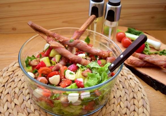 Salată de legume cu mozzarella și bacon crocant