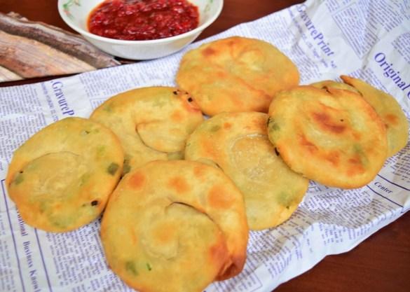 Plăcinte cu ceapă verde preparate la tigaie