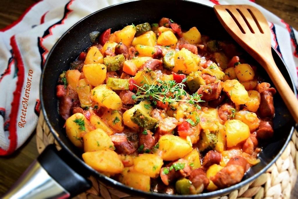 Cartofi scăzuți cu cârnați și murături