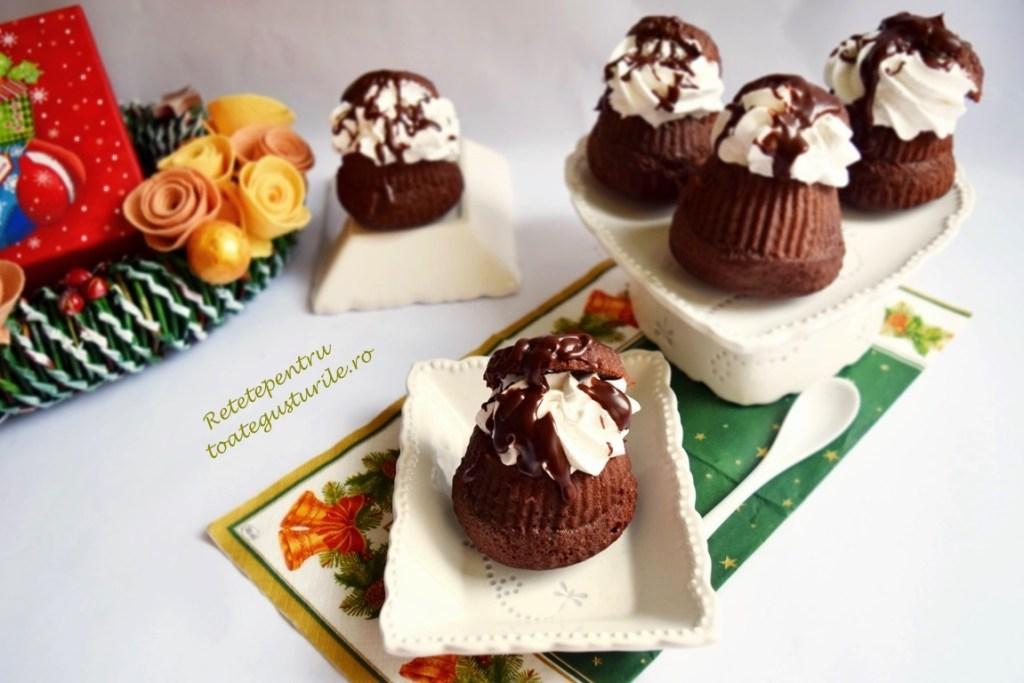Savarine cu sirop de ciocolată