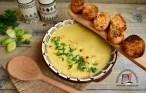 Supă cremă de praz cu cartofi și usturoi servită cu crutoane aromate