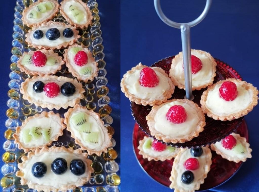 Mini tarte cu vanilie și fructe pe un platou etajat și pe un platou de sticlă