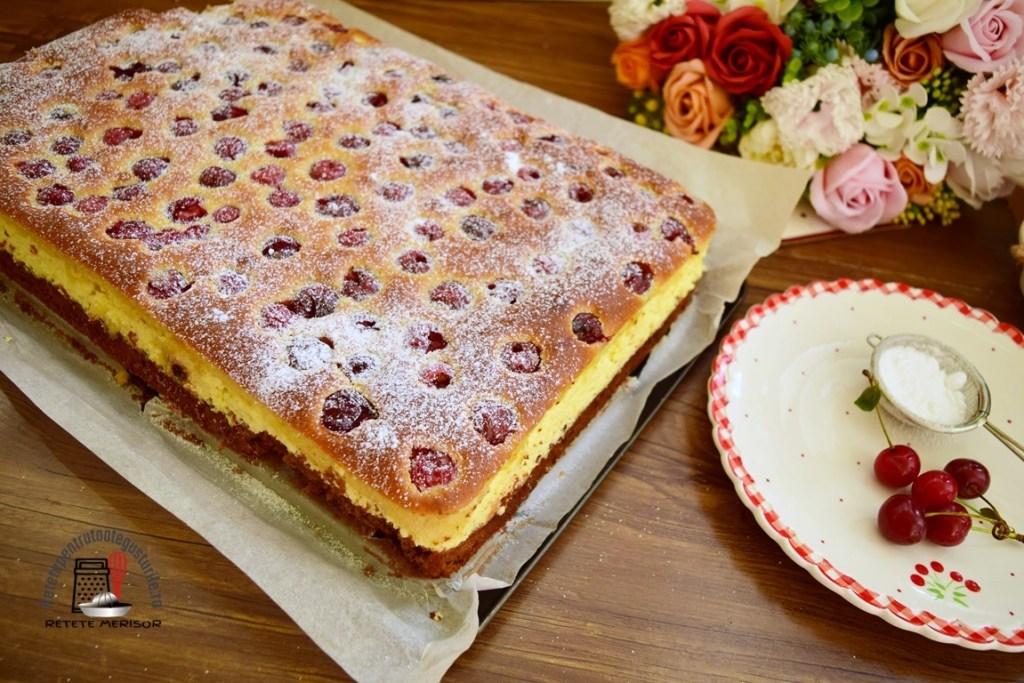 Prăjitură Duo cu brânză și vișine decorată cu zahăr