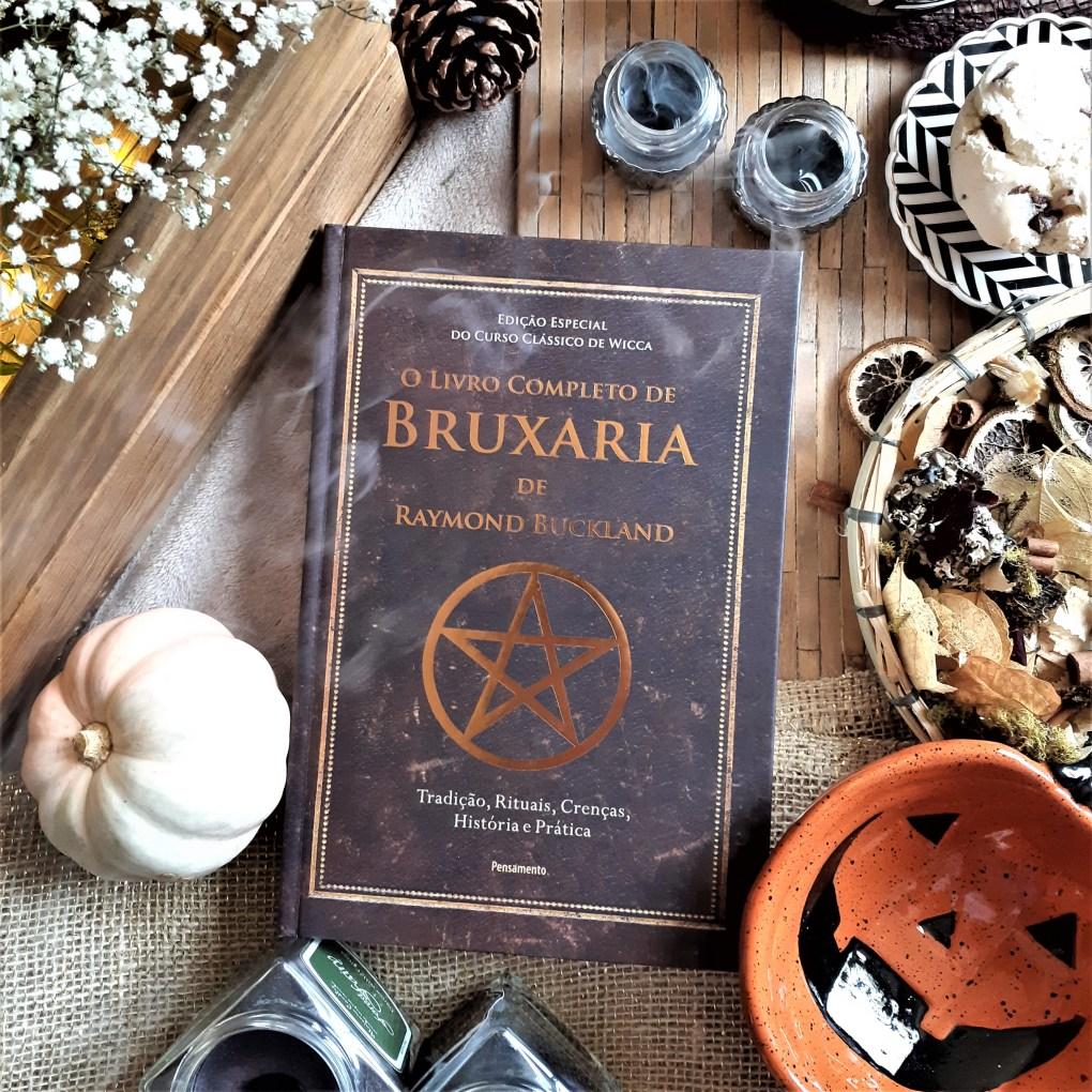 Resenha dO Livro Completo de Bruxaria de Raymond Buckland, publicado pelo Grupo Editorial Pensamento em 2019.