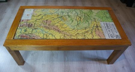 Table basse avec une anciènne carte d'école