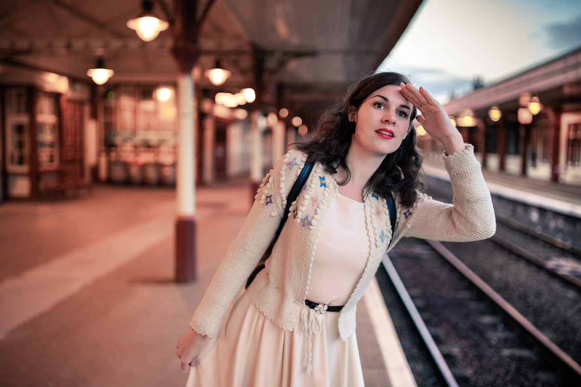 RetroCat mit Trachtenjacke und beigem Kleid im Alltag