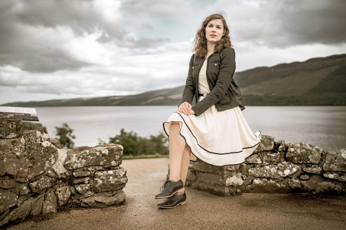 RetroCat mit beigem Kleid und flachen Schnürern in Schottland