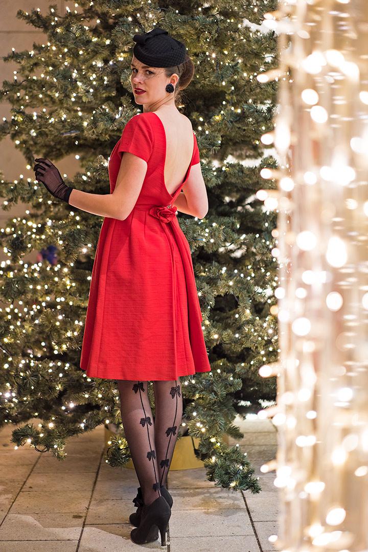 Weihnachts-Strumpfhosen: RetroCat mit rotem Kleid und einer Strumpfhose mit Schleifen