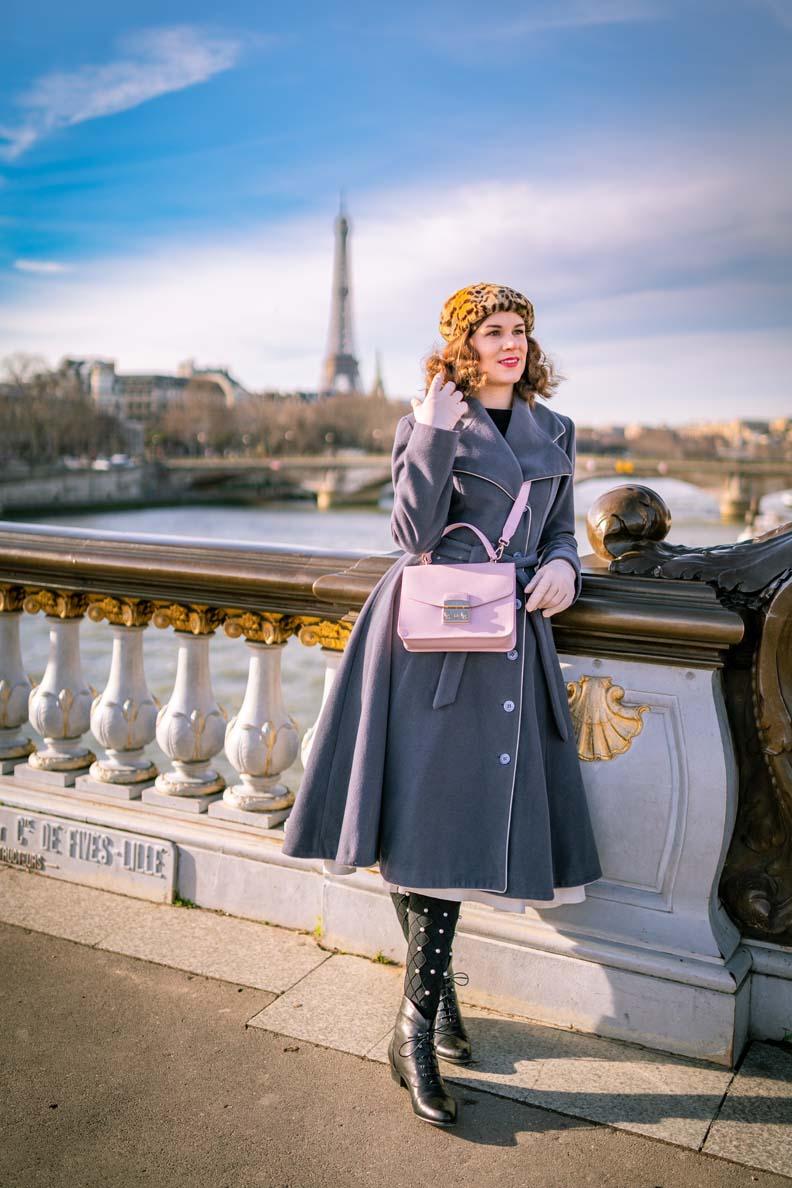 RetroCat mit einem grauen Retro-Mantel im Winter in Paris