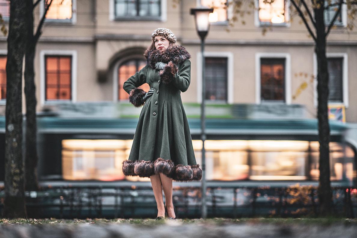 Kleider im Winter tragen: RetroCat mit dem Pearl Coat von Collectif Clothing