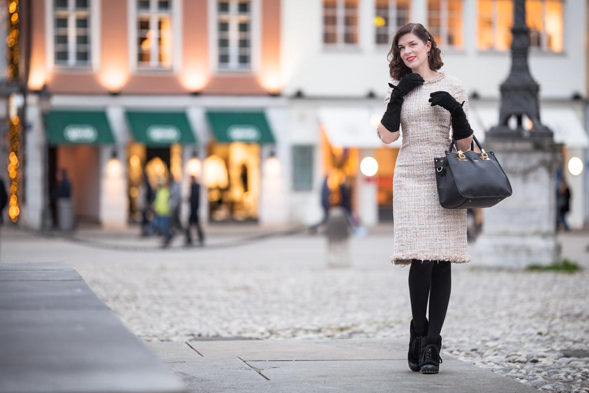 RetroCat mit beigemTweed-Kleid und warmer Thermostrumpfhose in München