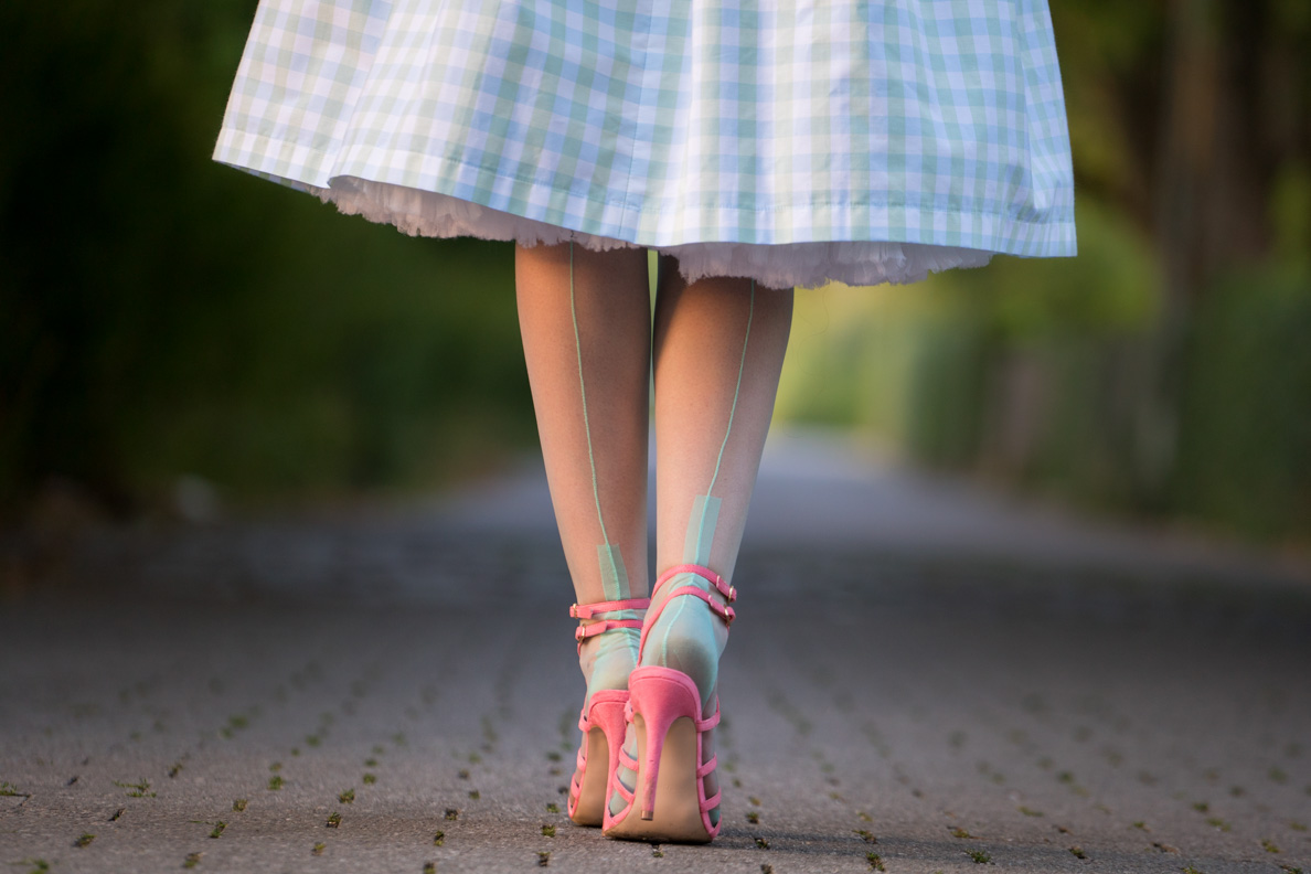 How to style colourful tights and nylons: RetroCat with green stockings and pink sandals