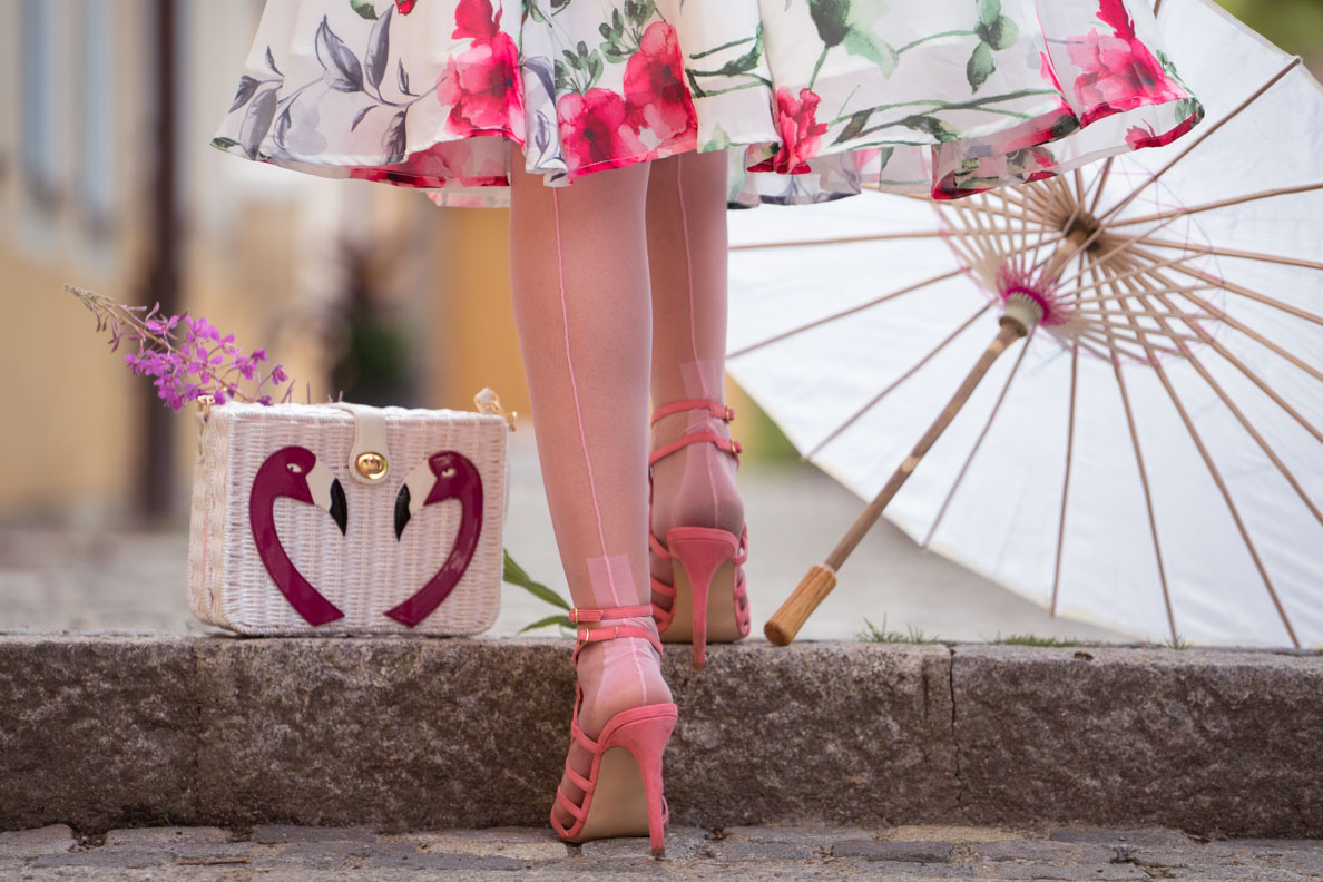 How to style colourful nylons and tights: RetroCat with light pink hosiery and sandals