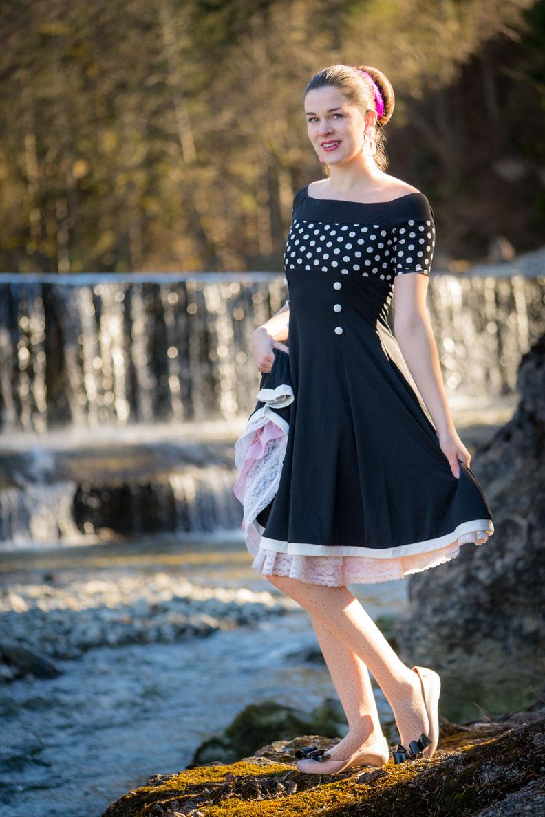 RetroCat mit einem Kleid mit Polka-Dots zur gepunkteten Strumpfhose