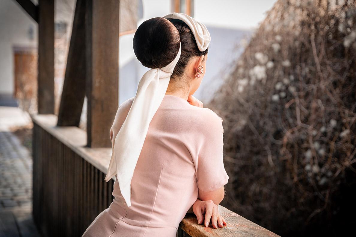 RetroCat mit Haarband, Fascinator und rosa Kleid