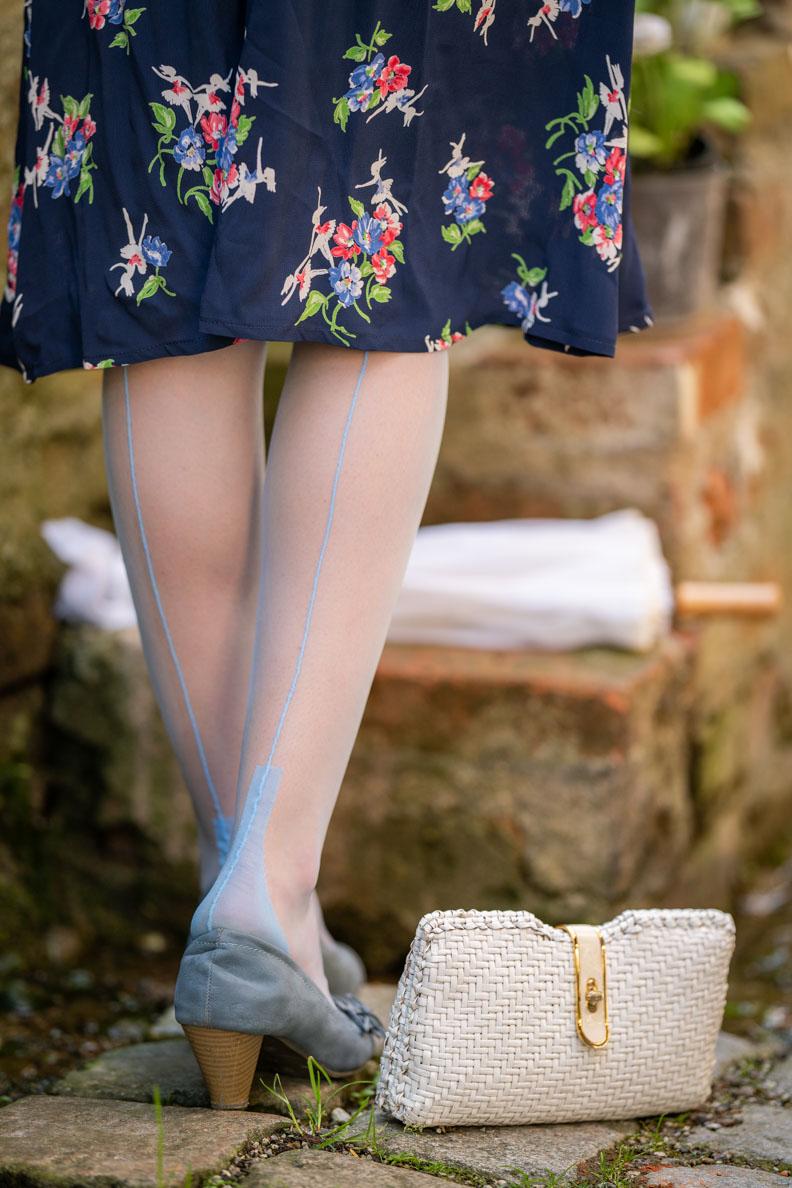 RetroCat mit hellblauen Nahtnylons für Frühling und Sommer