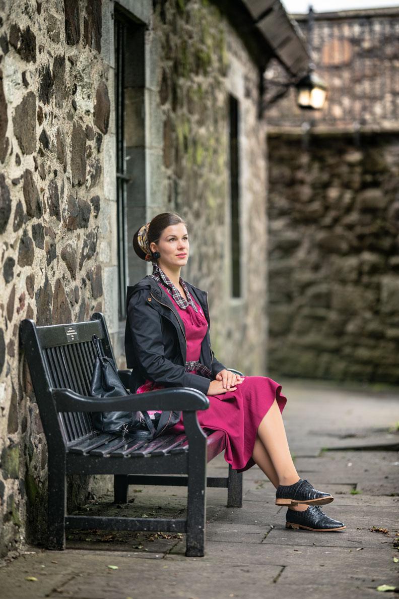 RetroCat mit einem Retro-Kleid und Regenjacke in Schottland