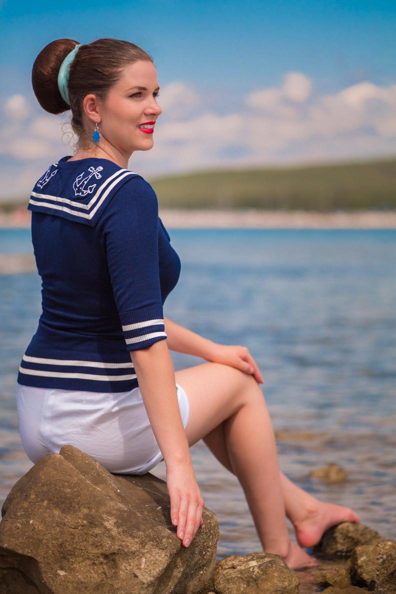 RetroCat mit Seglertop und kurzen Retro-Shorts am Strand