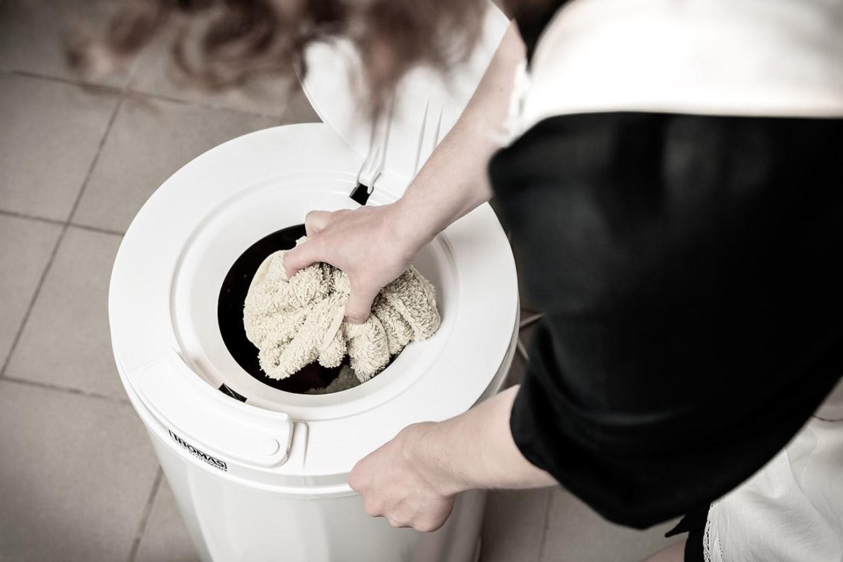 RetroCat befüllt die Wäscheschleuder mit ihrer nassen Wäsche