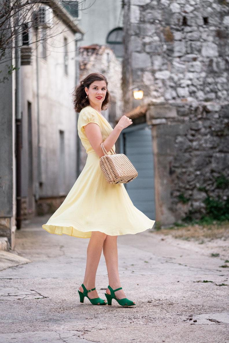 RetroCat mit einem gelben Sommerkleid im Urlaub