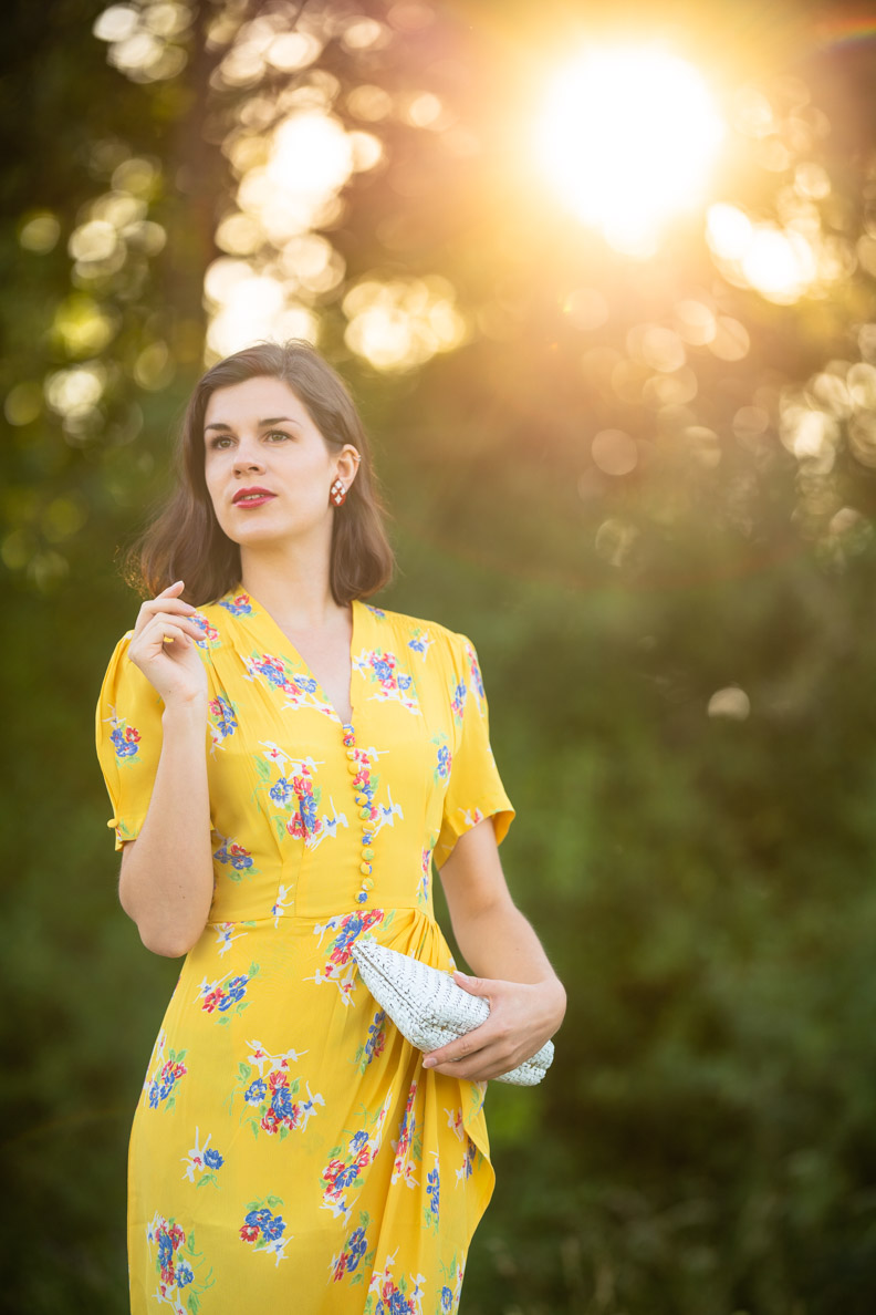 RetroCat trägt ein gelbes Blumenkleid im Sommer