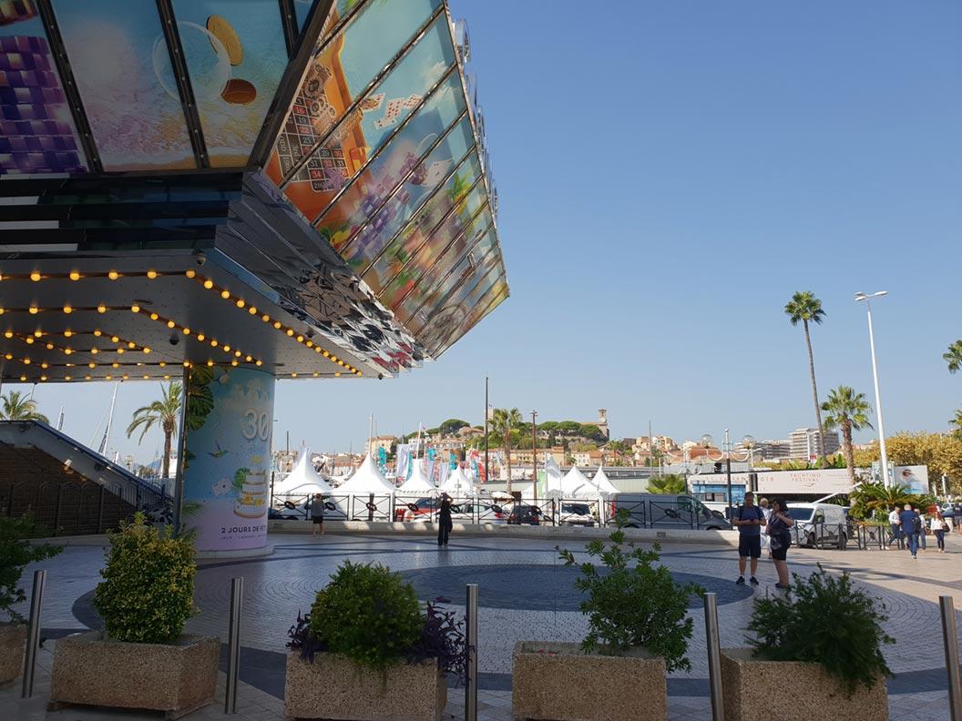 Der Filmpalast von Cannes nahe dem Jachthafen