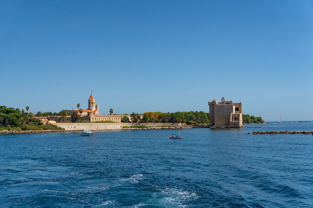 Die Insel Île Saint-Honorat mit dem Kloster vor Cannes