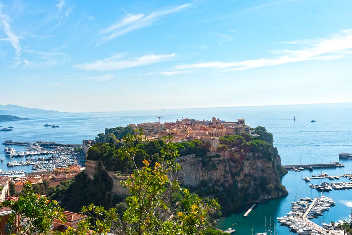 Blick auf den Fürstenfelsen mit der Altstadt von Monaco