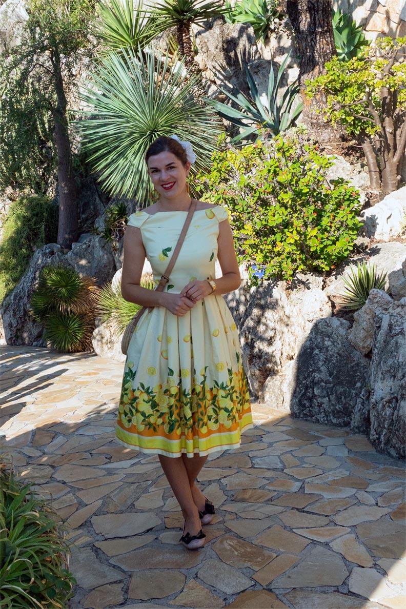 RetroCat trägt ein Zitronenkleid im exotischen Garten von Monaco