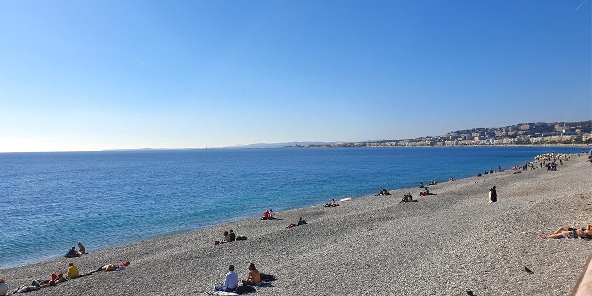 Der lange Stadtstrand von Nizza
