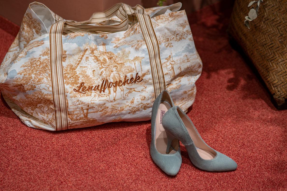 Große Handtasche und Schuhe von Lena Hoschek