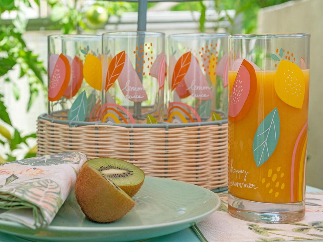 Bunte Teller und farbenfrohe Gläser für den Sommer