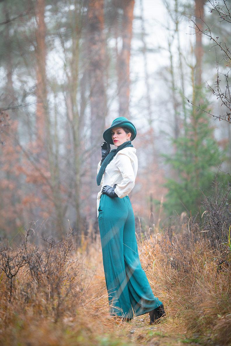 RetroCat stylt eine klassische Bluse mit Marlene-Hose und Hut für den Herbst