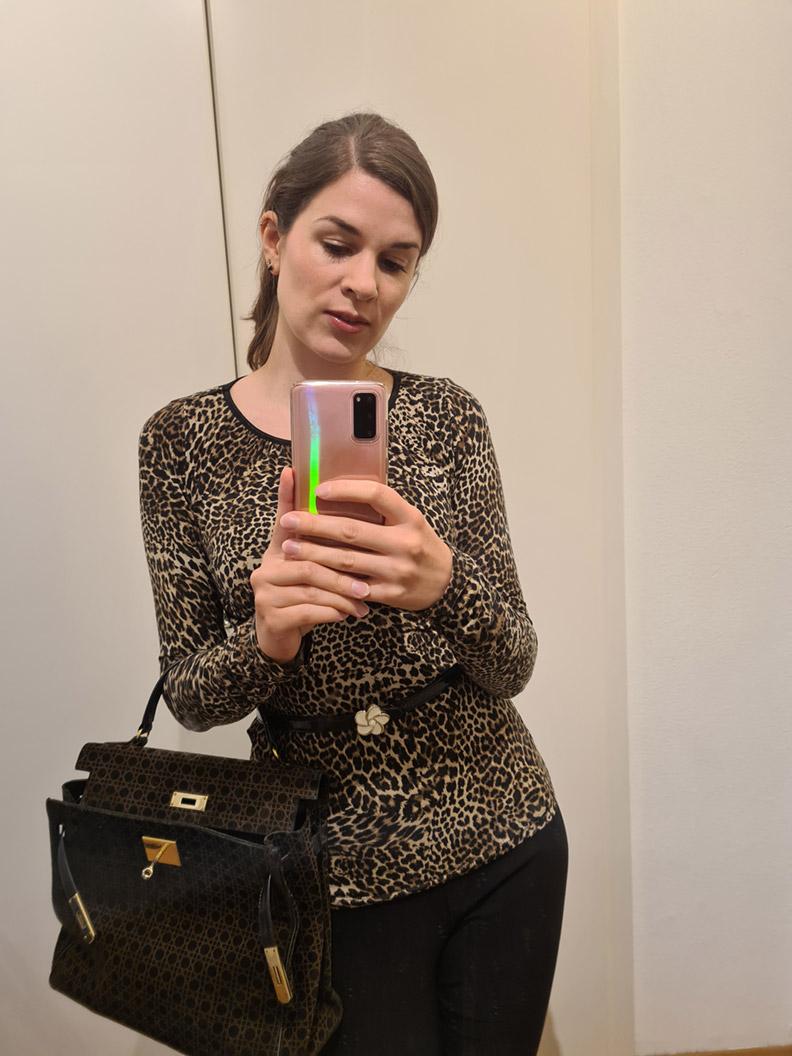 RetroCat mit Leoparden-Top und einer schwarzen Hose