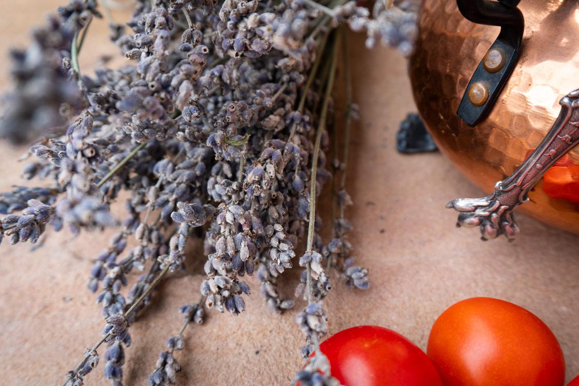 Getrockneter Lavendel und frische Tomaten