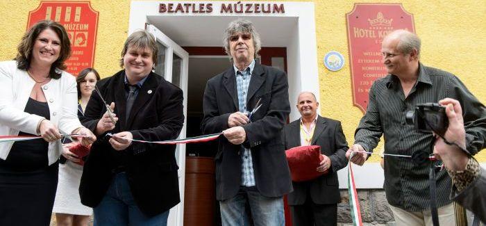 Bródy János nyitotta meg a Beatles-tárlatot