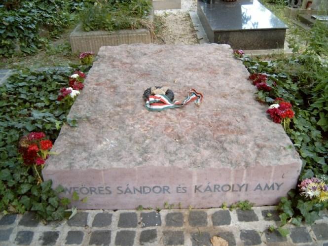 Így néz ki Weöres Sándor síremléke