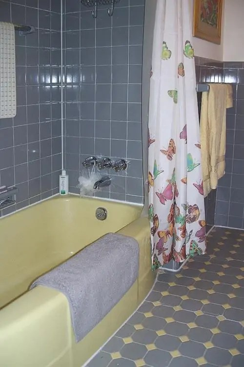 Robertas Gray And Yellow Bathroom Fixit World Of Tile To The Rescue Retro Renovation