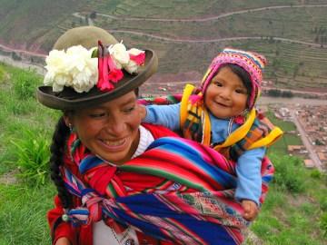 Aymara-Mutter trägt ihr KInd