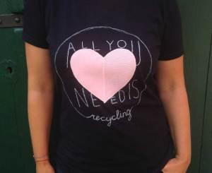 Upcycling T-Shirt. Nachhaltig, fair produzierte T-Shirts werden mit alten Textilien aufgewertet